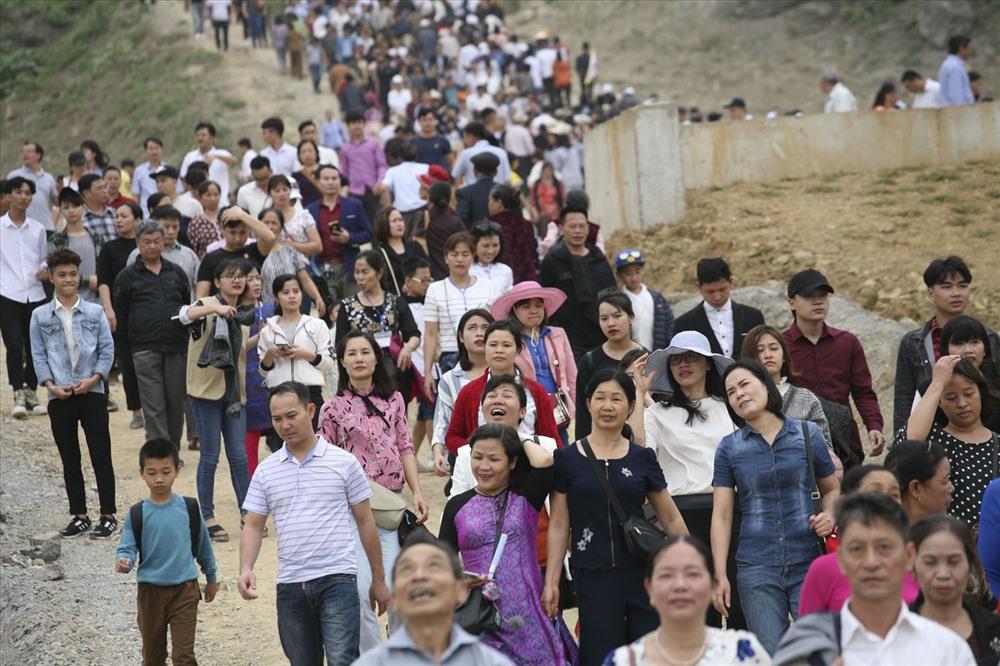 Trước giờ khai hội, những lối đi đông chật cứng người đi lại.