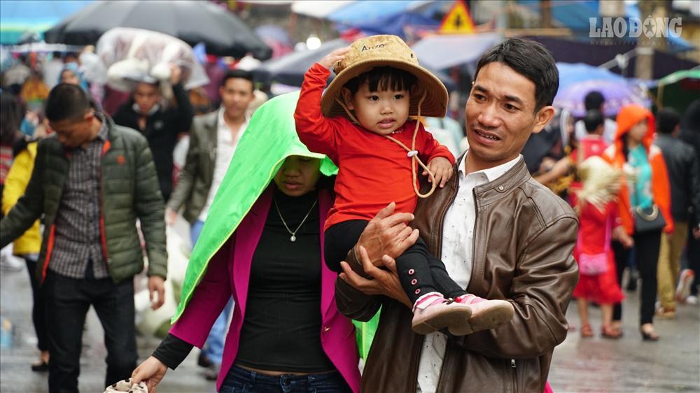 Nhiều du khách bế theo con nhỏ, che ô tới nghe quan họ.
