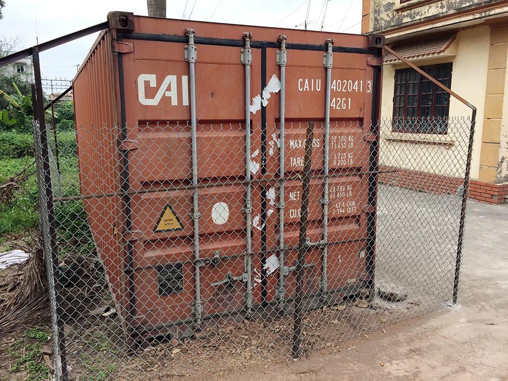 Chiếc Container sau đó được niêm phong, khóa 4 ổ khóa và hàn 2 thanh sắt chắn ngang 2 cửa. Bên ngoài thùng Container được vây tứ phía bởi một rào thép B40 cao 2m.