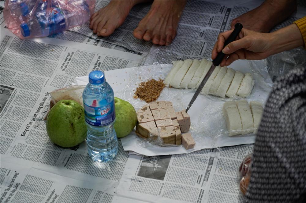 Nhiều người phải tranh thủ ăn tại chỗ vì vài tiếng nữa buổi lễ mới bắt đầu, nếu đi ăn sẽ không còn chỗ