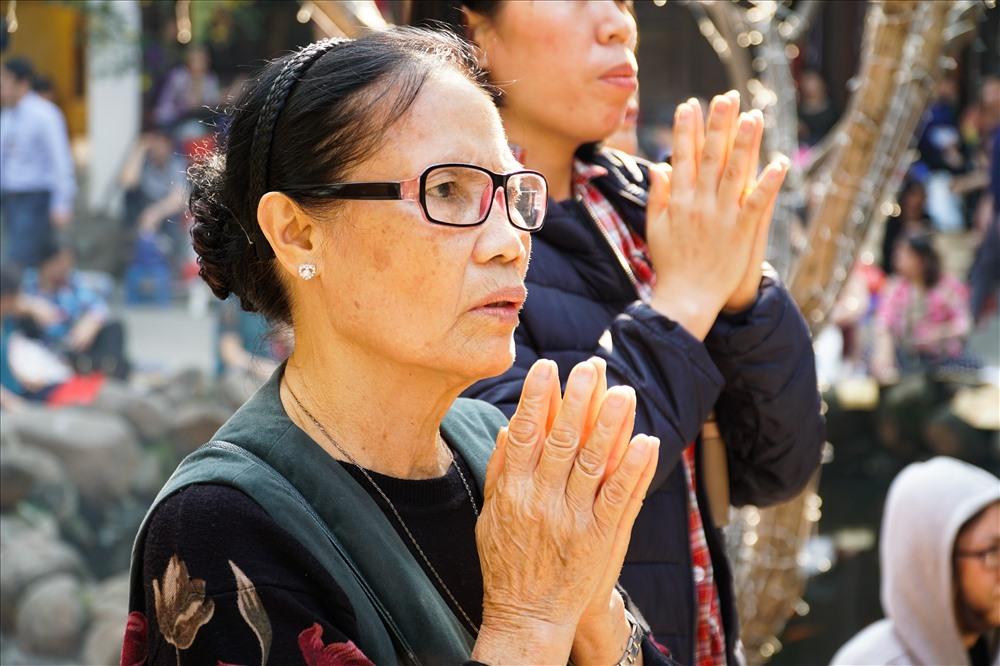 Nhiều người đã tranh thủ khấn vái mong sức khỏe, bình an trước giờ buổi lễ chính thức bắt đầu.