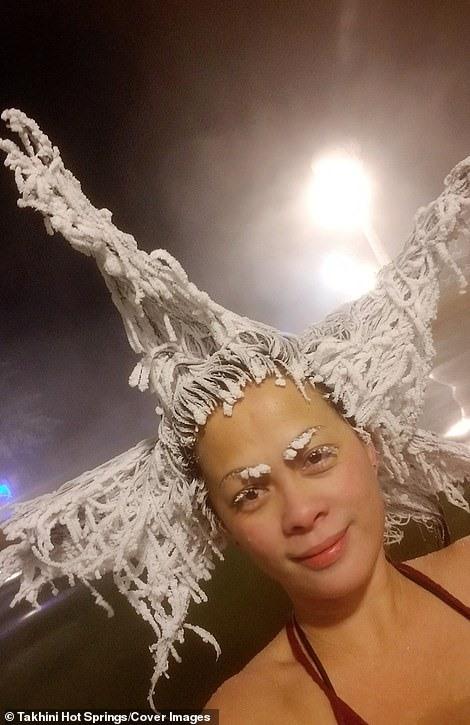 Cô gái trông như ngôi sao điện ảnh và cả bộ lông mày của cô cũng đóng băng khi nhiệt độ xuống thấp.