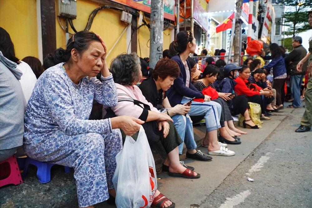 Người dân đến dự lễ cầu an quá đông, phải ngồi tràn ra đường. Có người còn đến từ trưa để nhận chỗ.