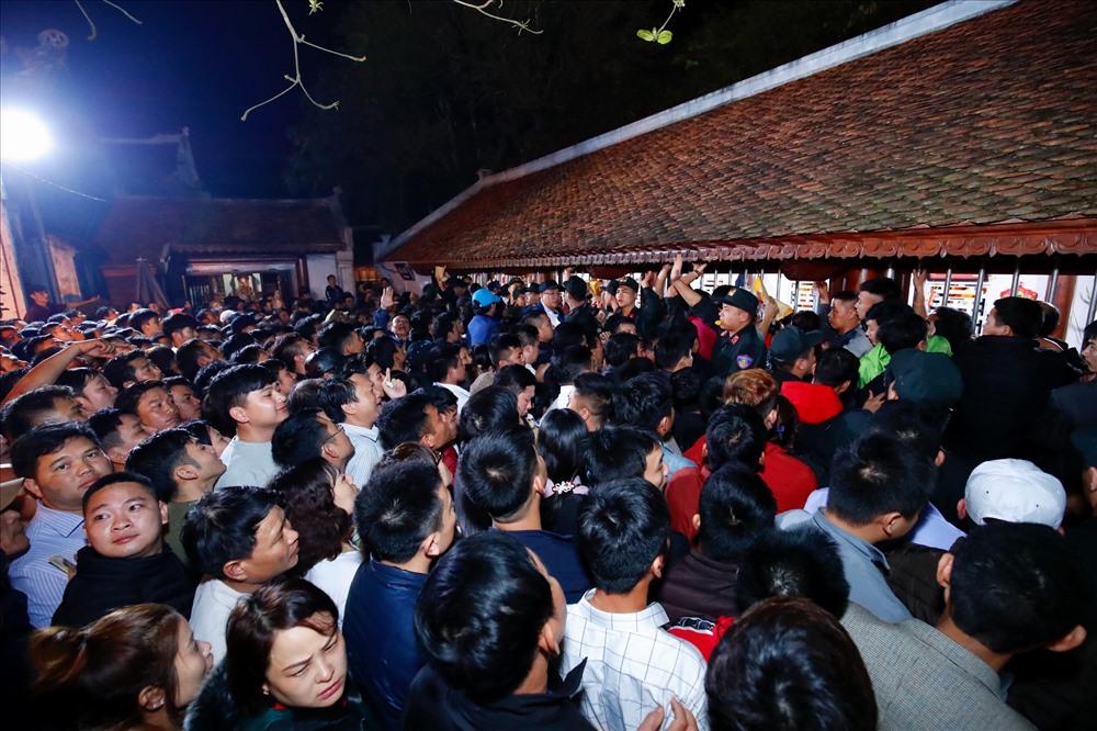 Hàng nghìn người dân và khách thập phương nô nức đổ về Đền Trần xin ấn.