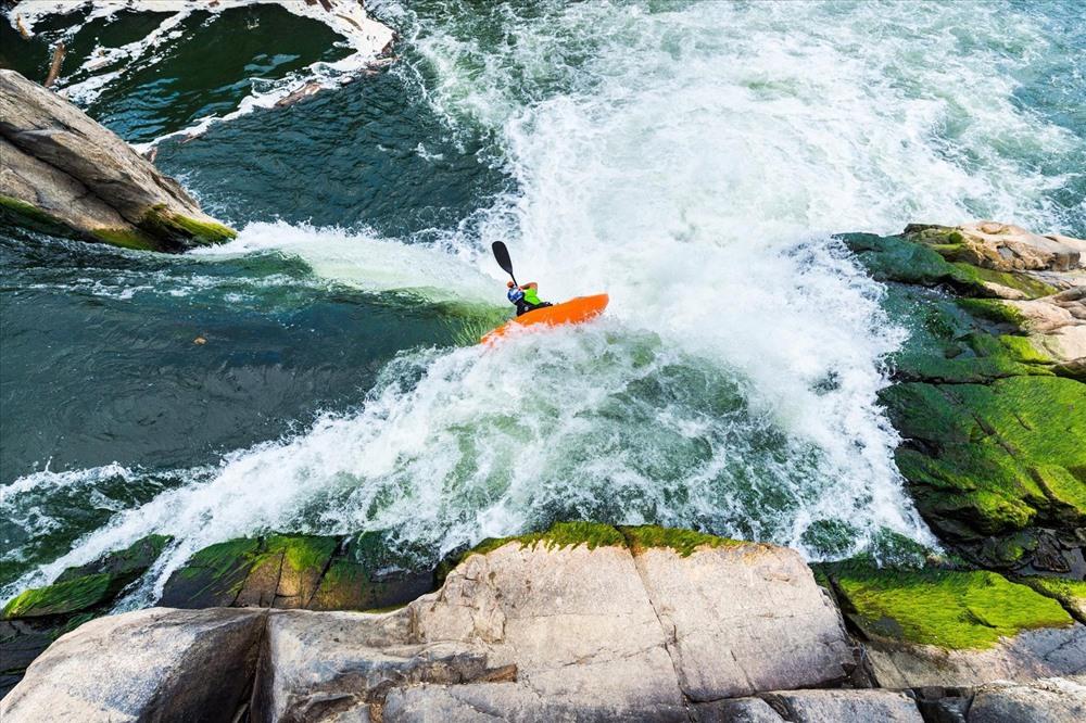 Chèo thuyền kayak trên địa hình hiểm trở. Ảnh: Redbull