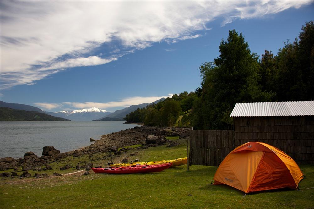 Những tay chèo kayak nghỉ nơi tại lều – chuyến trekking thực thụ trên sông nước.Ảnh: Fotos de Viajes