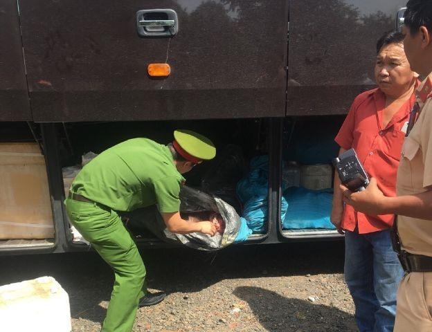 Thịt thối được xe khách vận chuyển qua địa bàn tỉnh Bình Phước. Ảnh: A.D