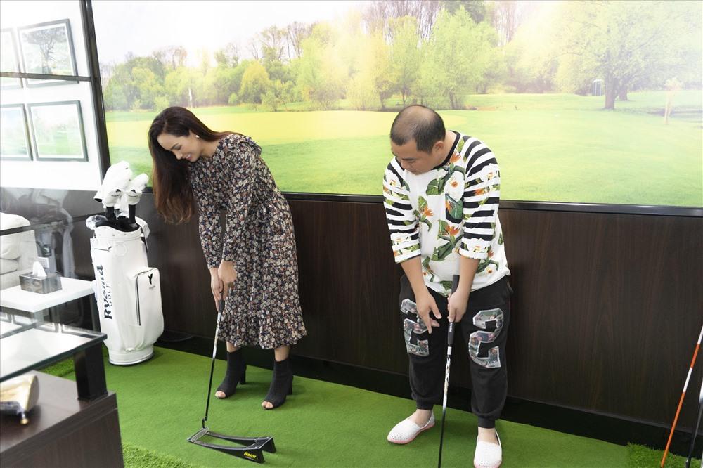 Vợ chồng Thuý Hạnh - Minh Khang hào hứng thử bộ gậy golf mới.