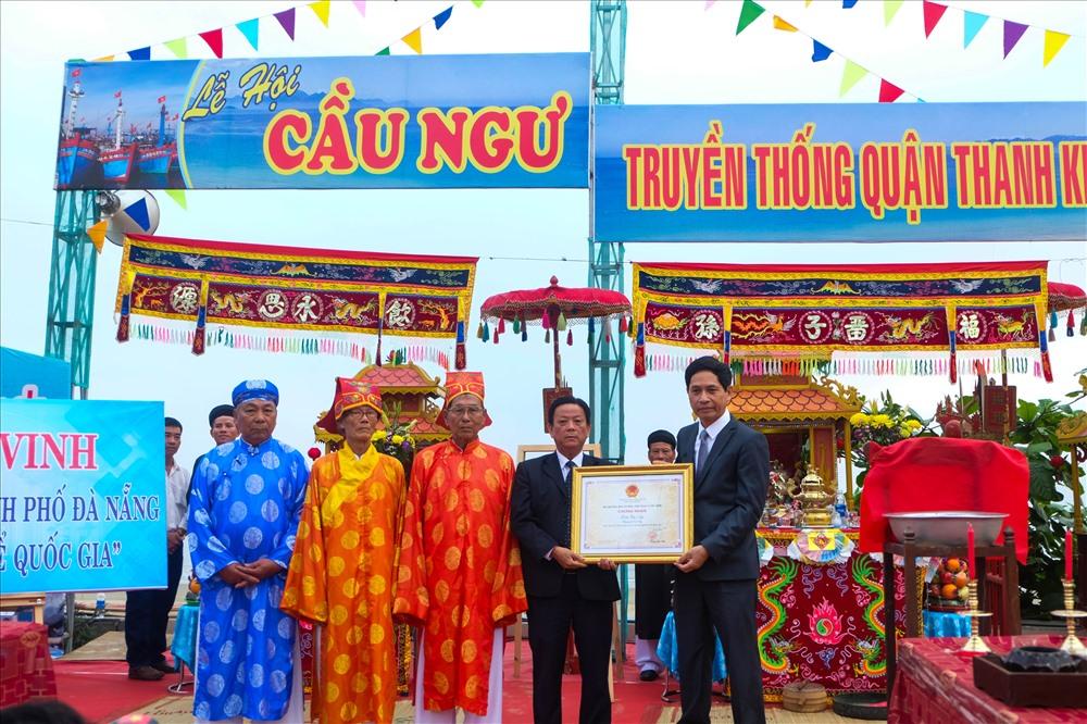 Bên cạnh đó, ông Huỳnh Văn Hùng - Giám đốc Sở Văn hóa & thể thao TP Đà Nẵng đã trao chứng nhận Lễ hội cầu ngư ở Đà Nẵng là di sản văn hóa phi vật thể nằm trong Danh mục Quốc gia theo Quyết định của Bộ Văn hóa, Thể thao và Du lịch