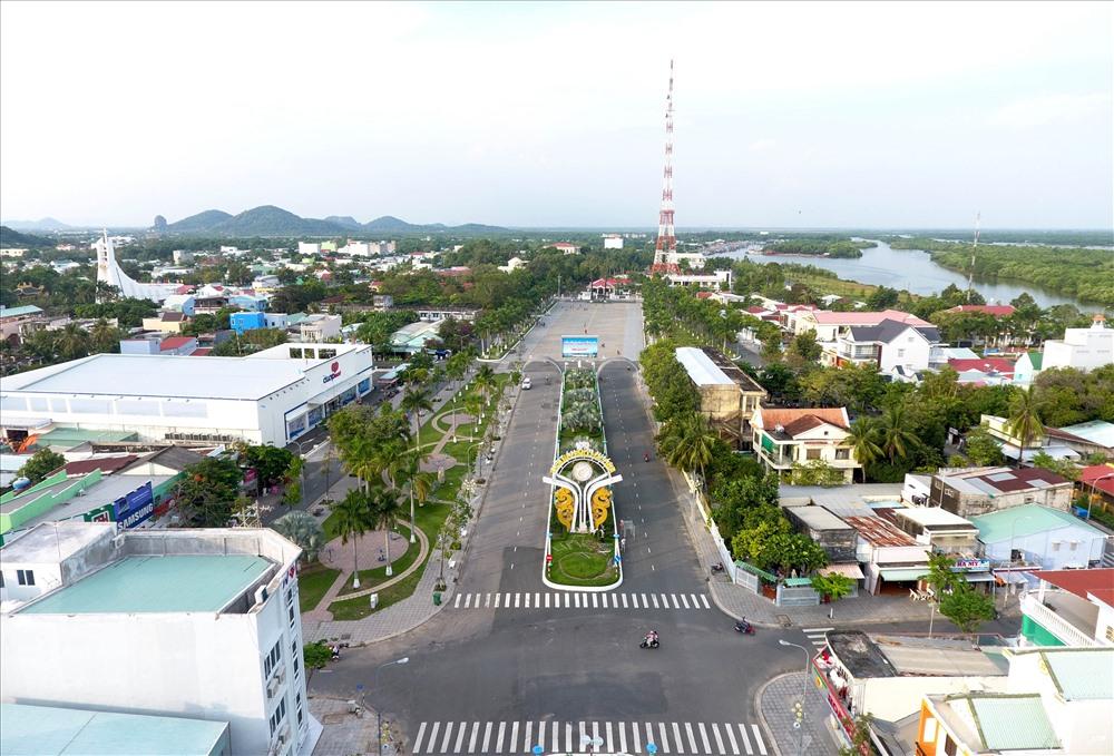 Khu vực quảng trường trung tâm thành phố Hà Tiên được đầu tư khang trang, tạo điểm nhấn văn minh, tươi đẹp cho diện mạo thành phố