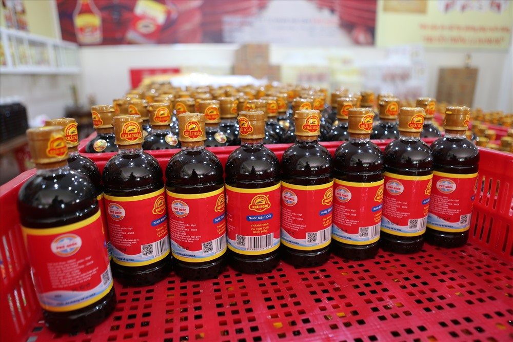 Nước mắm Phú Quốc được đóng chai cẩn thận, trước khi xuất bán ra thị trường