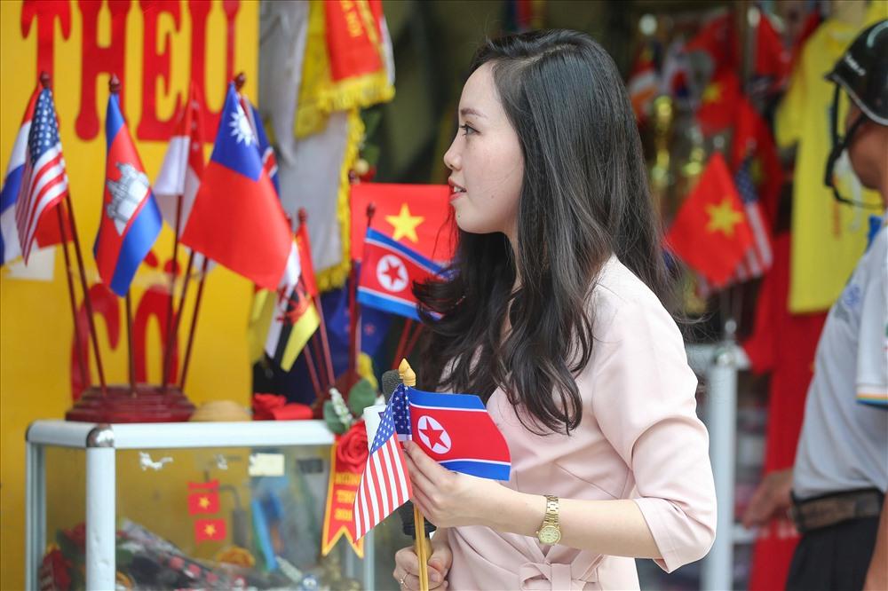 Tại một số của hàng bán quốc kì, quốc kì của Mỹ và Triều Tiên được bày bán khá nhiều.
