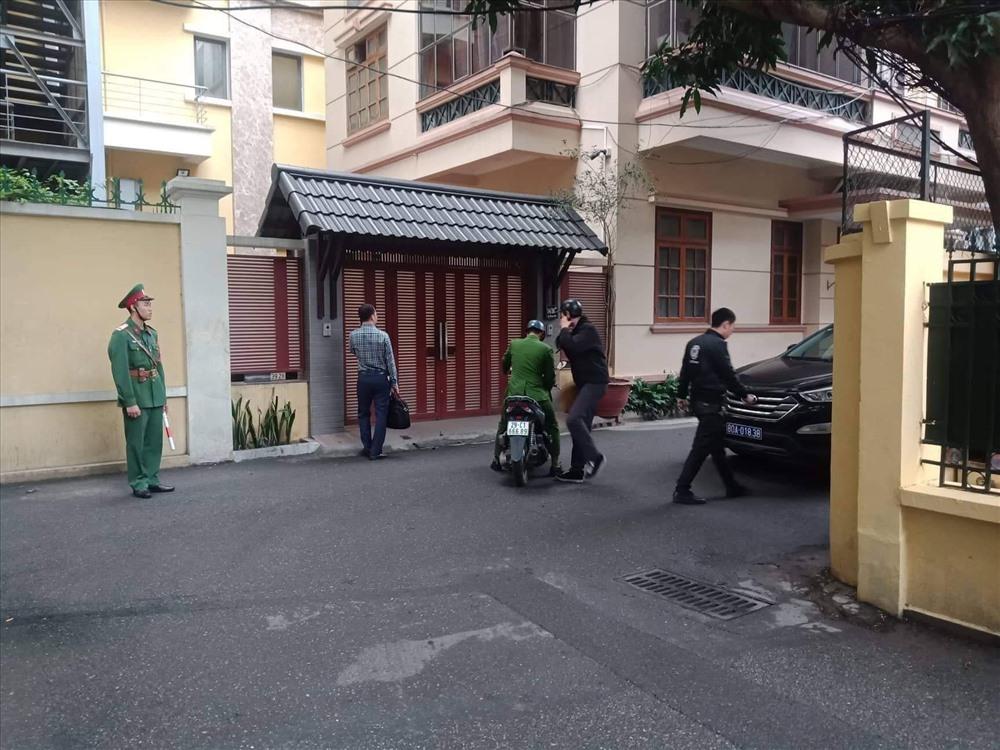 Lực lượng chức năng đến để thực hiện lệnh khám xét nhà ông Nguyễn Bắc Son