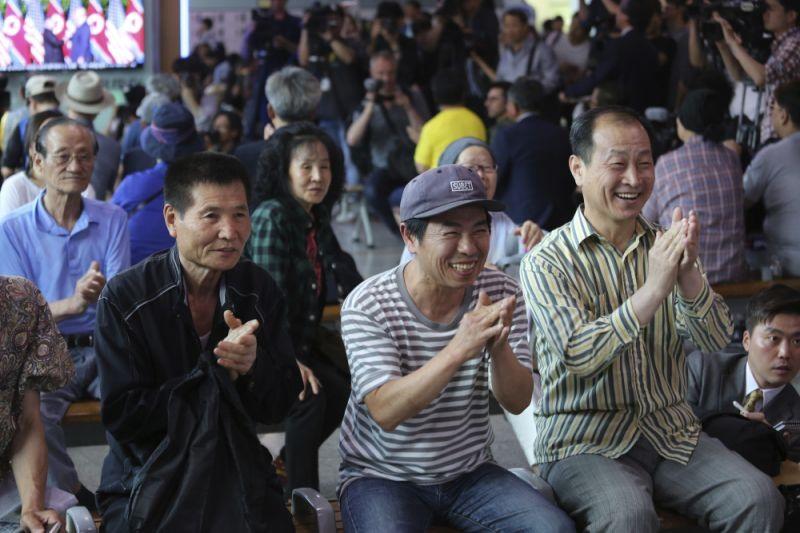 Người dân Hàn Quốc vui mừng khi theo dõi thông tin về hội nghị thượng đỉnh ở nhà ga Seoul, Hàn Quốc. Ảnh: AP.