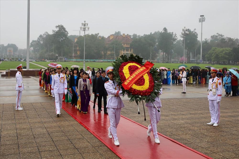 Đoàn cán bộ nữ công tiêu biểu vào Lăng viếng Chủ tịch Hồ Chí Minh. Ảnh: Sơn Tùng.