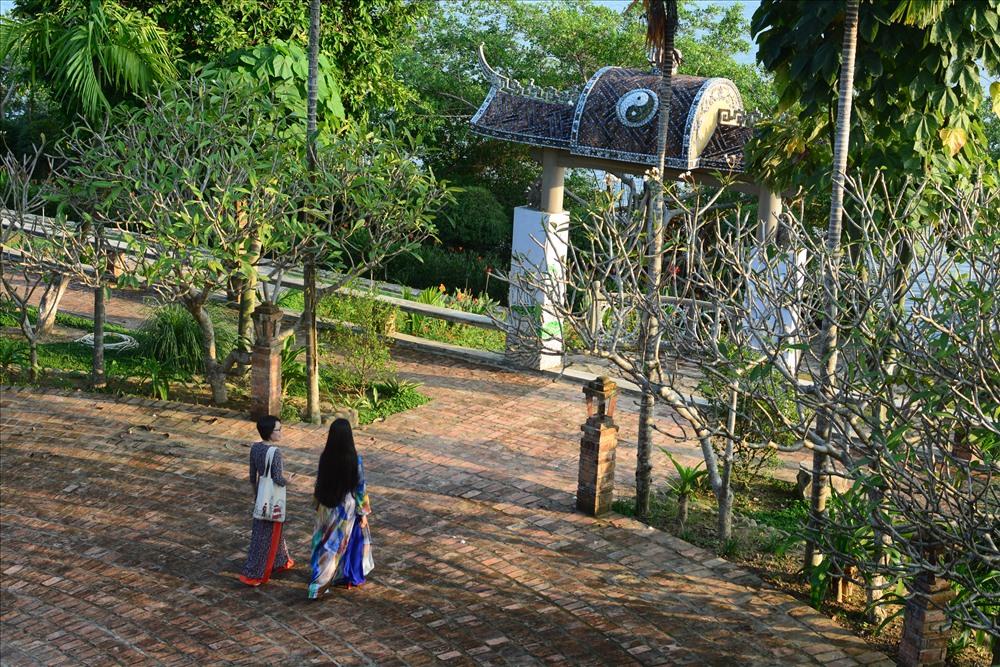 Sân nền nhà vườn được lát từ những viên gạch cũ, từ tâm lan tỏa ra xung quanh theo kiểu mô hình giọt nước lan tỏa.