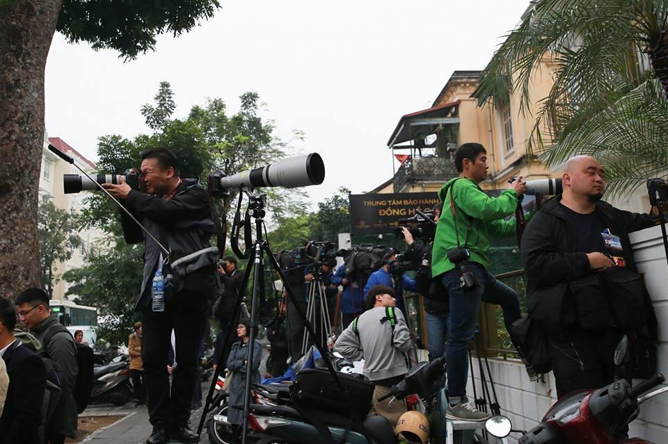 Các phóng viên túc trực trên đường Lý Thường Kiệt trong thời gian đợi ông Kim Jong-un.