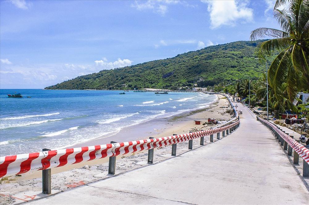 Đường quanh đảo Hòn Sơn khá hoàn thiện, tạo điều kiện thuận lợi để du khách tham quan đảo bằng đường bộ