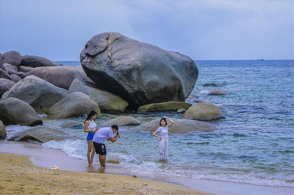 Du khách chụp ảnh lưu niệm tại một bãi biển trên đảo Hòn Sơn