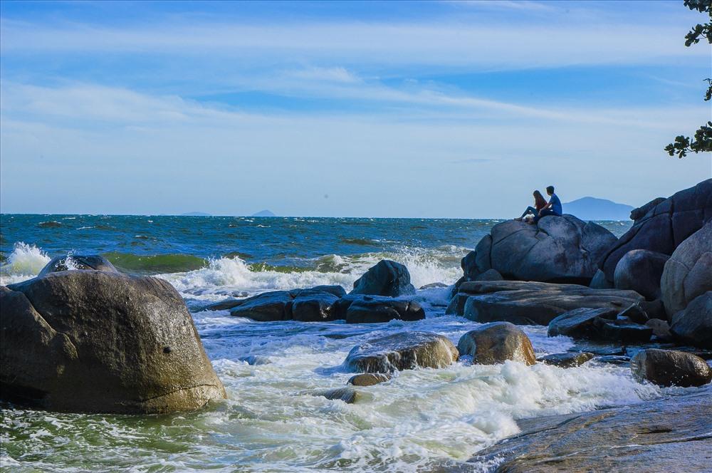Khung cảnh Hòn Sơn với bãi đá lớn và không gian biển đảo trong lành