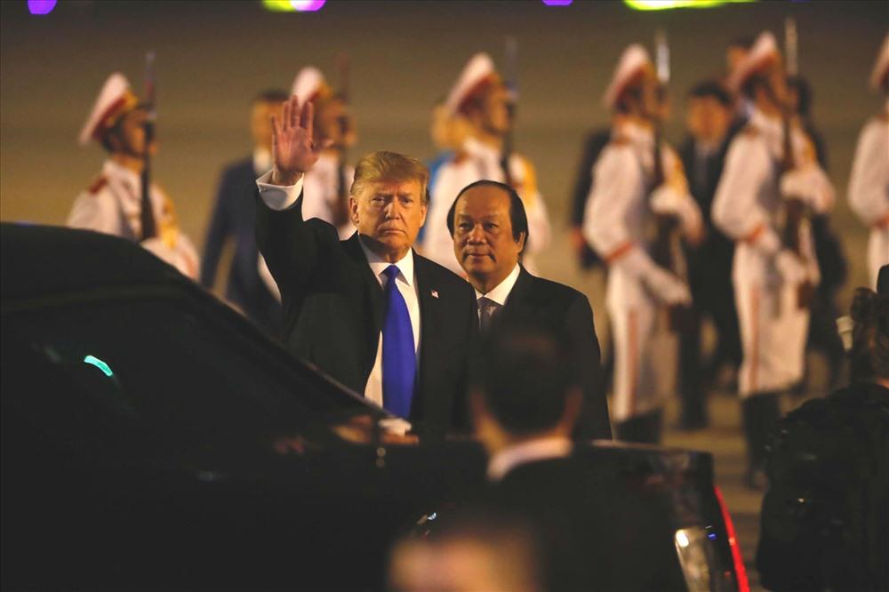 Tổng thống Mỹ Donald Trump và Bộ trưởng, Chủ nhiệm Văn phòng Chính phủ Mai Tiến Dũng tại sân bay Nội Bài. Ảnh: Sơn Tùng.