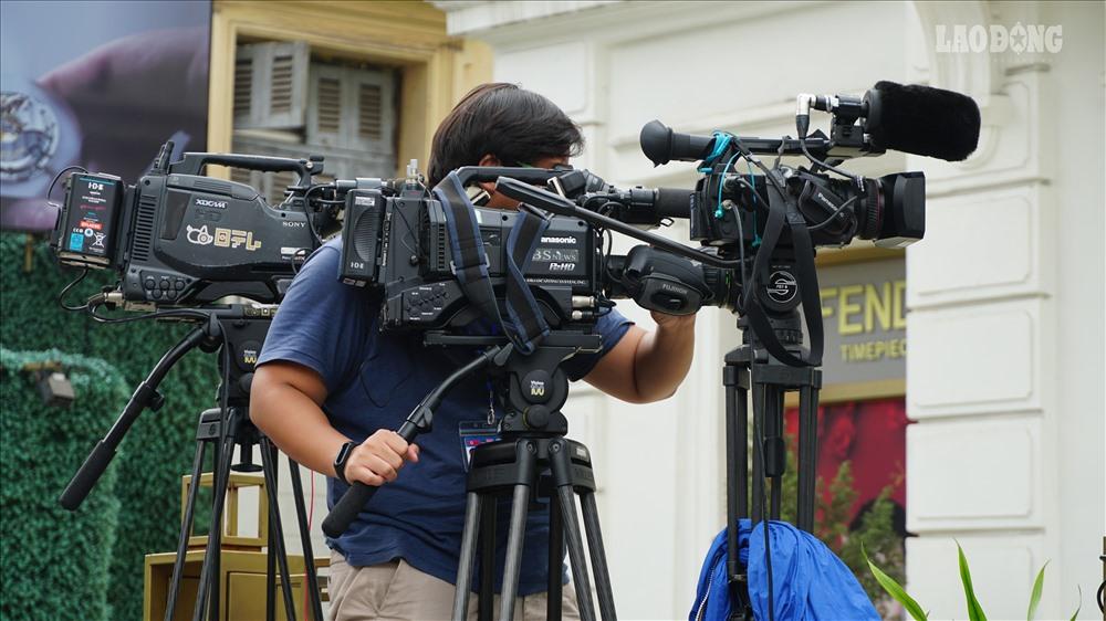 Một số phóng viên quốc tế khác luôn trong trạng thái sẵn sàng tác nghiệp, theo sát máy quay hay tập luyện để dẫn hiện trường.