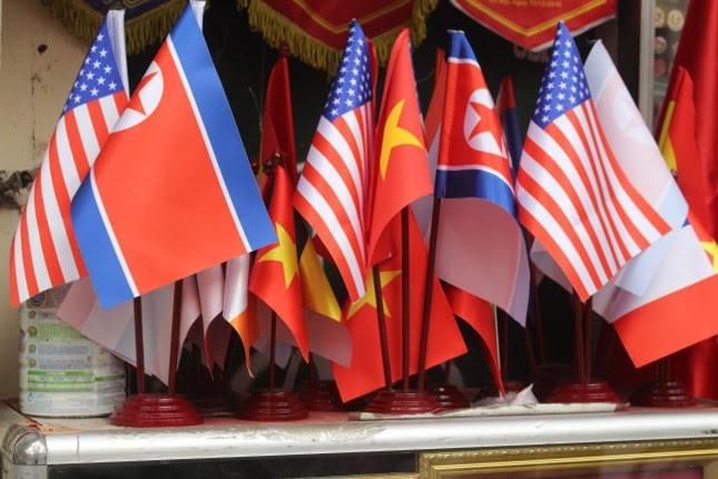 """Phỏng vấn chị Phạm Thanh Bình, một tiểu thương tại phố Hàng Bông, chúng tôi được biết: """" Với loại cờ cán tre, cỡ nhỏ có giá sẽ từ 15.000 – 20.000 đồng/lá, cỡ lớn có giá từ 100.000 – 300.000 đồng/lá. Còn một loại khác có giá 250.000 đồng/ bộ, bao gồm cả cờ, cán và đế đều được làm bằng inox."""""""