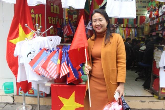 """Chị Đào Thùy Dung ( Quận Ba Đình, TP. Hà Nội ) chia sẻ: """" Hôm nay tôi đã mua liền 10 chiếc áo. Tôi thật sự vinh dự vì Hà Nội là nơi diễn ra cuộc gặp giữa ông Donald Trump và ông Kim Jong-un""""."""
