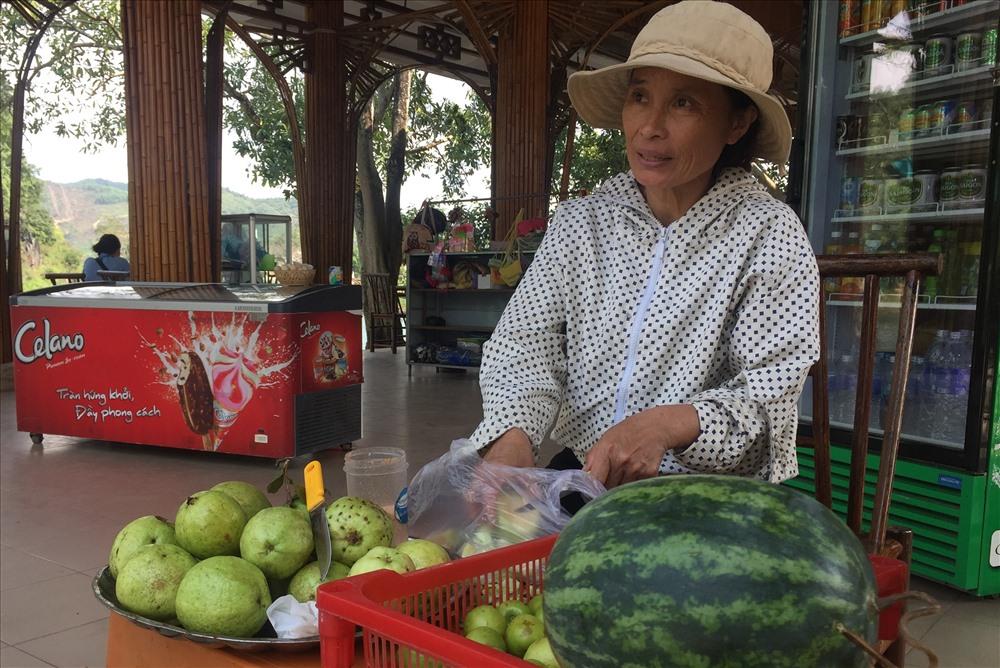 Ổi lê Phong Nha được bày bàn tại sạp hàng ở Trung tâm Du lịch Phong Nha – Kẻ Bàng. Ảnh: Yên Mã Sơn