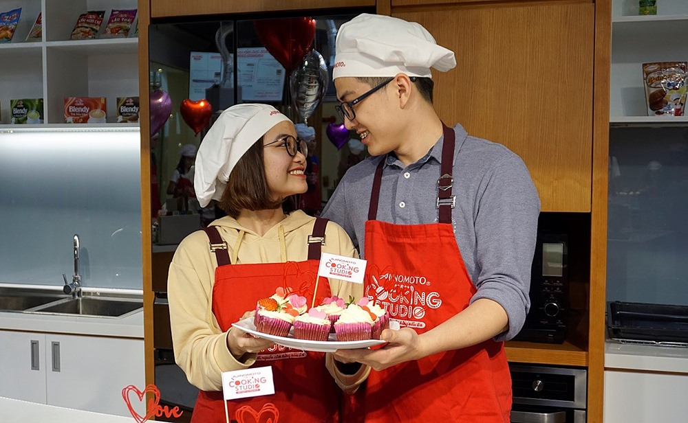 Các cặp đôi đã có những trải nghiệm khó quên khi cùng nhau tạo nên chiếc bánh tình nhân trong ngày lễ đặc biệt này.