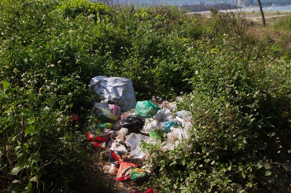 Các đống rác tự phát xuất hiện bắt đầu bốc mùi, ảnh hưởng rất nhiều đến mỹ quan tại rạn Nam Ô. Ảnh: Thúy Hiền
