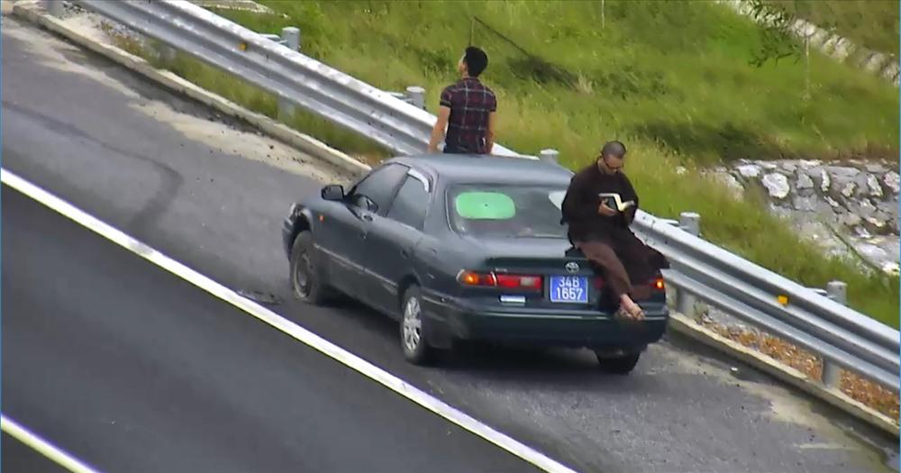 Có người còn dừng xe trên cao tốc, ngồi đọc sách giãn ngay trên nóc capo xe