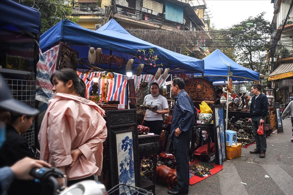 Đây là nơi bày bán đồ cổ, hay đơn giản là những vật dụng đồ dùng cũ. Phiên chợ diễn ra từ ngày 15 cho đến ngày 30 tháng Chạp.