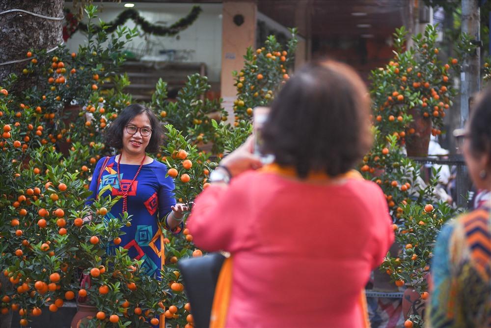 Chợ hoa Hàng Lược là chợ truyền thống chỉ mở mỗi dịp Tết đến Xuân về, nơi đây là một trong những điểm đến yêu thích của nhiều người dân Hà Nội và Việt kiều từ nước ngoài về quê hương đón năm mới