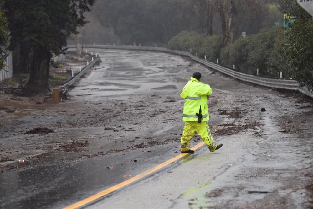 Một nhân viên làm công tác tuần tra tuyến đường cao tốc sau cơn bão làm ngập lụt bang California.