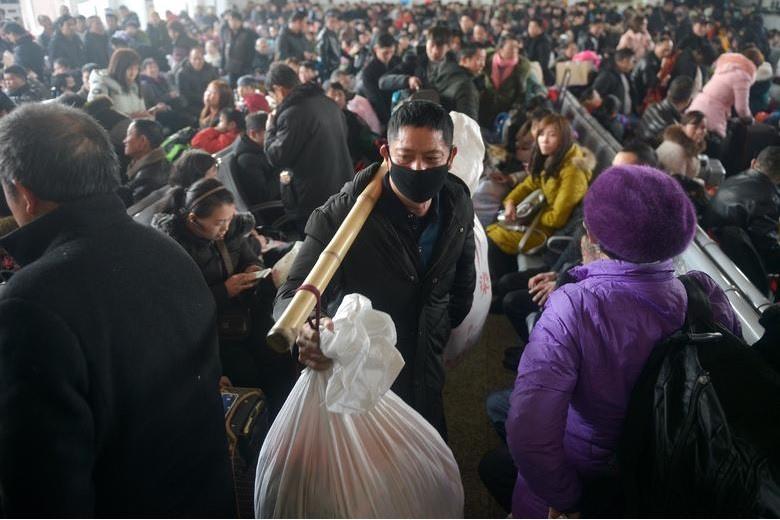 Người người gồng gánh những món đồ được chuẩn bị sẵn để lên tàu về quê đón năm mới.