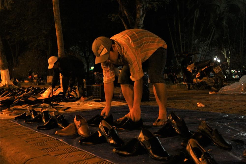 """Giải thích cho nguyên nhân trên, anh T.T.Đ, một chủ   cơ sở sản xuất giày da ở TP. Huế, cho biết: """" Sở dĩ năm nay, rất nhiều của hàng bán giày ế ẩm và một số 'shop' giày vỉa hè cũng cùng chung số phận là vì nhiều cơ sở sản xuất giày da đã sản xuất một số lượng lớn hàng hóa trong năm nhưng không có nguồn tiêu thụ ổn định dẫn tới tình trạng tồn kho kéo dài nhiều tháng. Đến tết, hàng loạt cơ sở dọn hàng ra bán khắp nẻo đường trung tâm thành phố nên """" nguồn cung vượt cầu"""" đẩy giá trị của giày da thấp đến mức kỷ lục trong nhiều năm trở lại đây. Ảnh: Bảo Trung"""