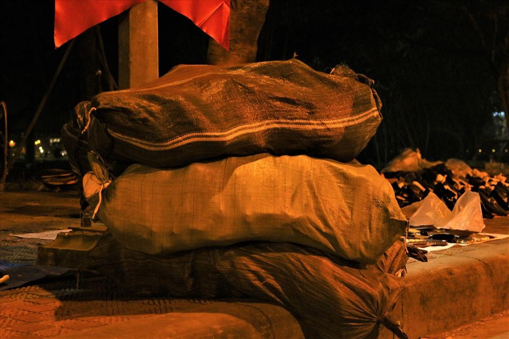 """3 bao giày lớn được một chủ """"shop"""" tăng cường để bán thống, bán tháo trong đêm 29 tết. Ảnh: Bảo Trung"""