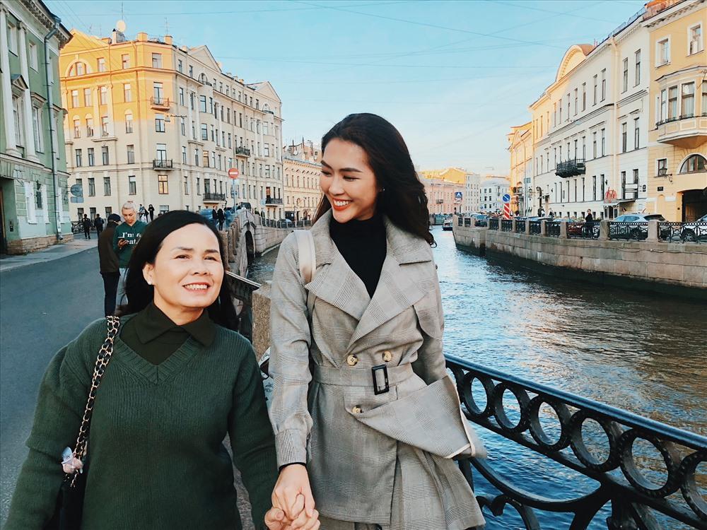 Tường Linh mong muốn được đưa bố mẹ đi du lịch khắp thế gian.