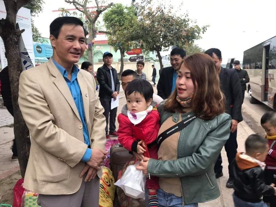 Chủ tịch LĐLĐ tỉnh Thái Nguyên Vũ Duy Hoàng (trái) chúc Tết và tiễn người lao động lên xe về quê ăn Tết.