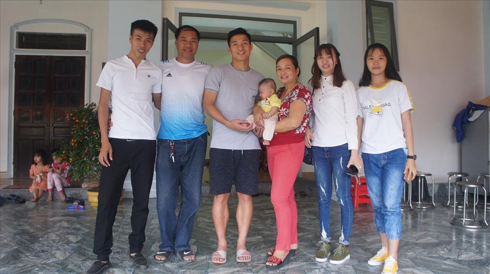 Chụp hình lưu niệm cùng gia đình anh Nguyễn Anh Tiến sống ở Bình Dương