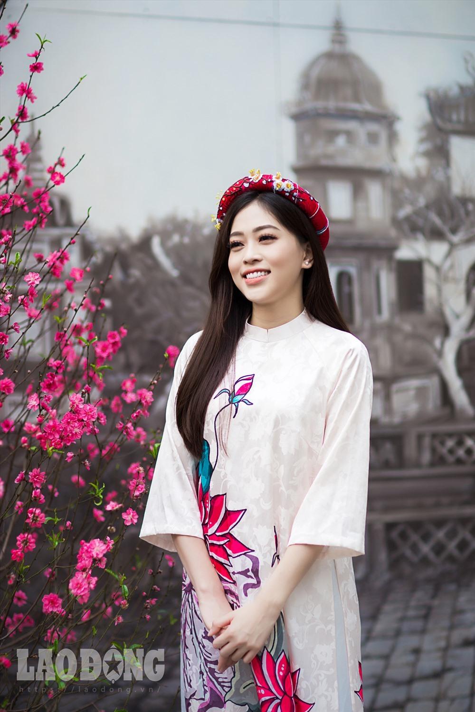 Sinh ra và lớn lên tại Hà Nội, Á hậu Phương Nga cho biết cô rất háo hức mỗi khi Tết đến, xuân về, nhất là những ngày giáp Tết khi không khí đã ngập khắp phố phường Hà Nội.