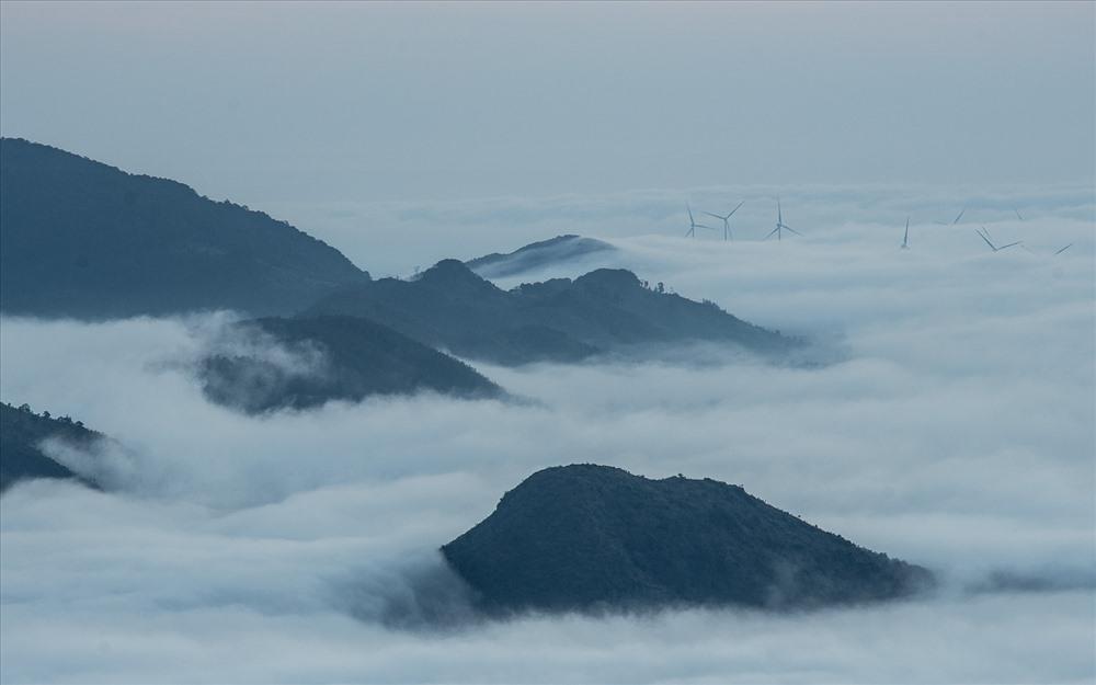 Sương lảng bảng dưới chân núi, xa xa là các cột điện gió mờ ảo. Ảnh: Bôn Nguyễn.