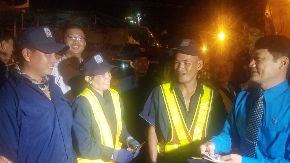 Niềm vui bất ngờ trong đêm giao thừa đến với CN vệ sinh môi trường TP Nha Trang khi được nhận lì xì sớm. Ảnh:P.L