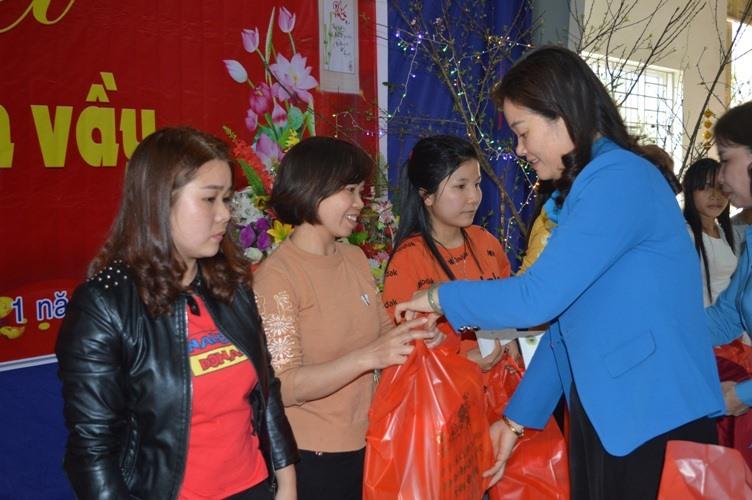 Đồng chí Ngô Hồng Hạnh, Phó Chủ tịch Thường trực LĐLĐ tỉnh tặng quà tết cho đoàn viên, người lao động Công ty TNHH  MTV Chiến Thắng Nghĩa Lộ. Ảnh: Y.B