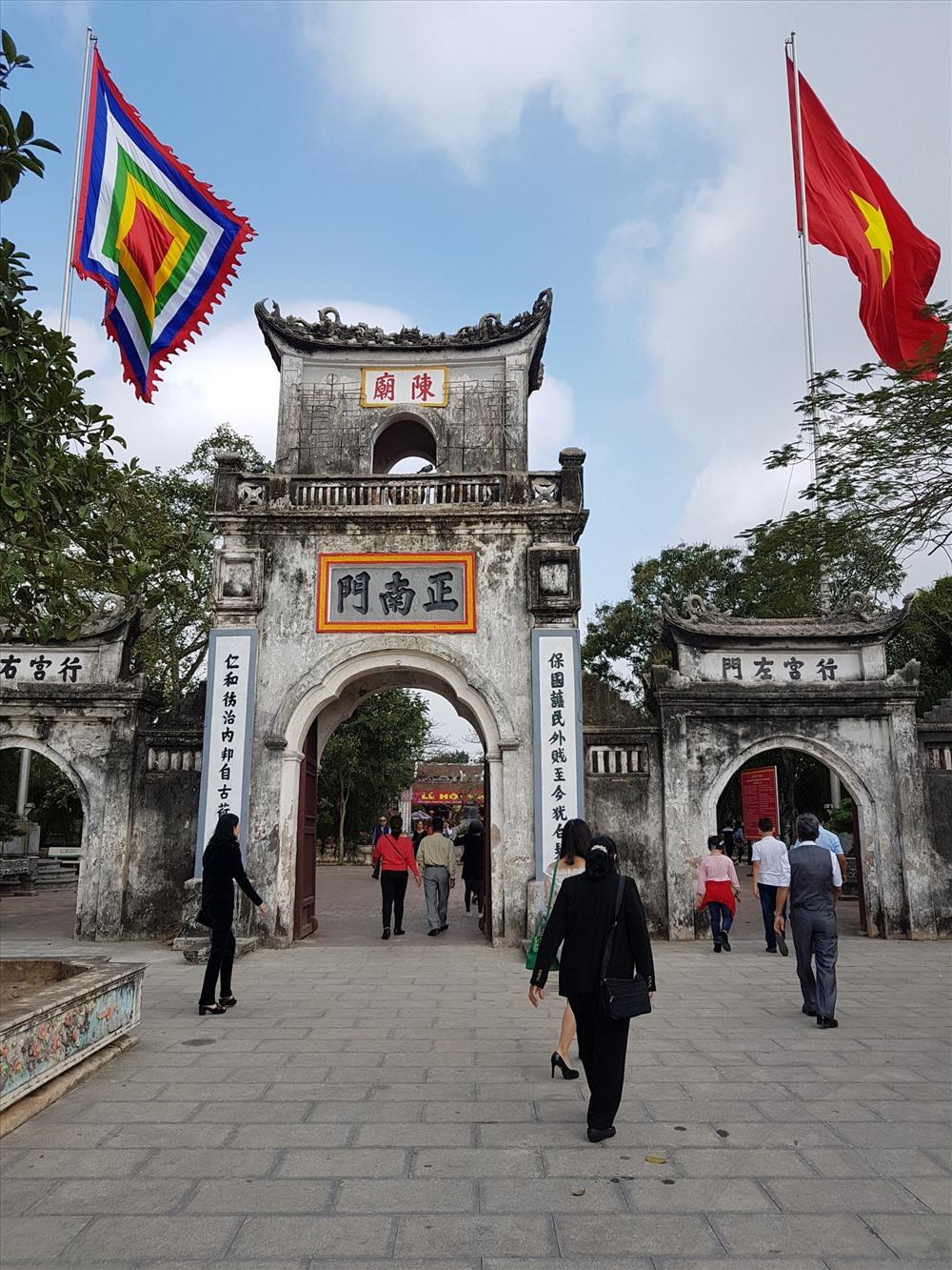 Ngay từ sáng sớm, đền Trần đã tấp nập du khách tới cầu may mắn, bình an.