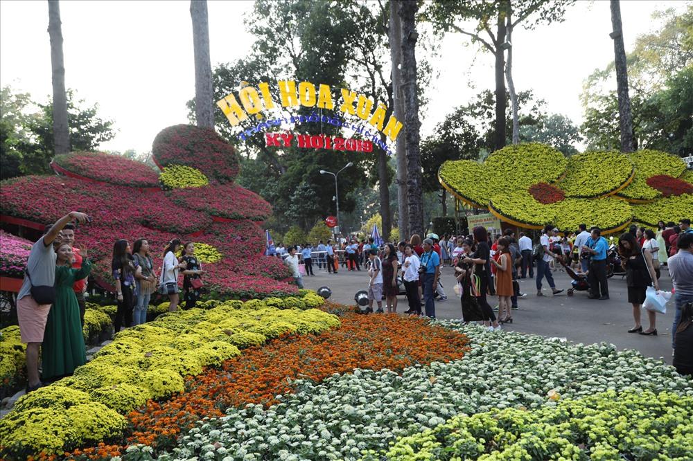 Tại Hội Hoa Xuân Tao Đàn, hàng nghìn người cũng đang tấp nập đổ về để chiêm ngưỡng của hàng trăm loại hoa, cây cảnh được trang trí nơi đây. Ảnh: Trường Sơn