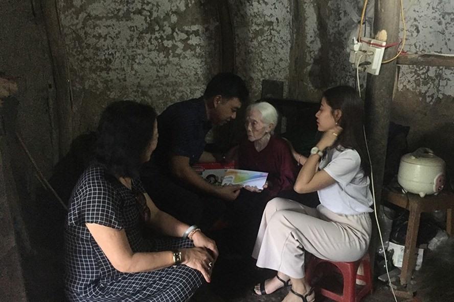 Đại diện đơn vị hảo tâm trao phần quà nhân ái cho cụ bà Trần Thị Lan chiều 20.8.