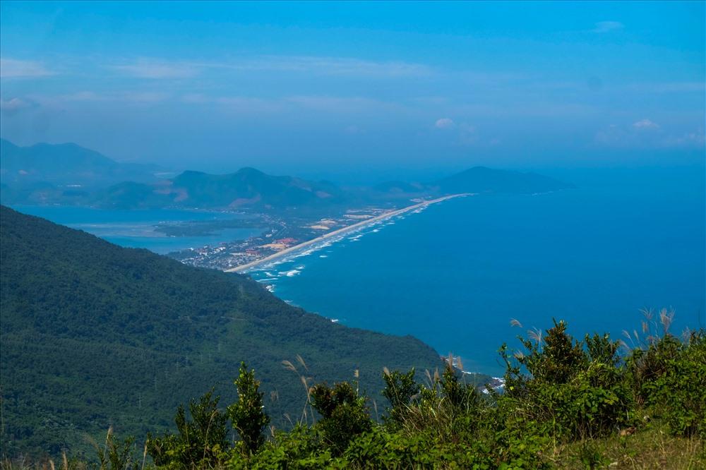 Và từ trên đồi thông nhìn xuống, cả TP Đà Nẵng hay Lăng Cô (Huế) nhỏ lại, được bao quanh là biển cả và đồi núi.