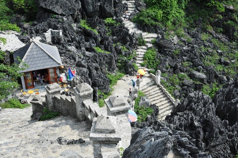 Để lên được đỉnh núi du khách phải trải qua gần 500 bậc thang đá. Ảnh: NT